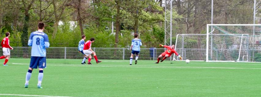 De mythische Stjepanovic profiteert optimaal van een buitenkans en schiet LSVV op voorsprong. © Stan van der Meel, Leidenamateurvoetbal.