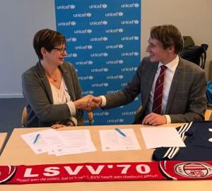Irene Hardenbol (UNICEF Nederland) en Wietse Jelles (LSVV '70) bevestigen de samenwerking tussen de Leidse cultclub en de VN-kinderrechtenorganisatie.