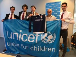 Met demonstratie van het nieuwe LSVV-uitshirt en de UNICEF-vlag, vieren beide partijen de gesloten overeenkomst. Van links naar rechts: Thed Brouwer (secretaris LSVV '70), John Koesveld (penningmeester LSVV), Wietse Jelles (voorzitter LSVV), Casper Molenaar (regioconsulent UNICEF) en Thomas Loos (LSVV-bestuurslid PR/activiteiten).