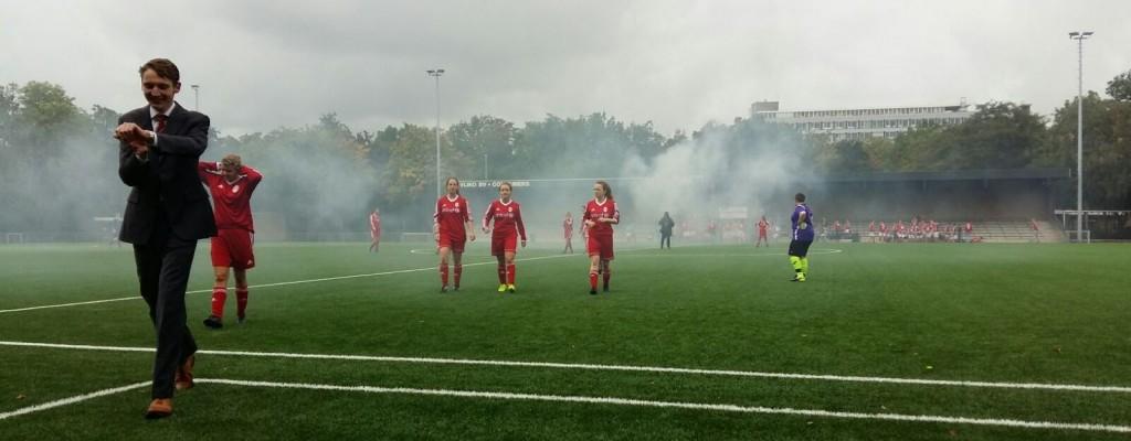 De rook trekt op van Veld 1, nadat de acht overige teams het gras overspoeld hebben voor de clubfoto.