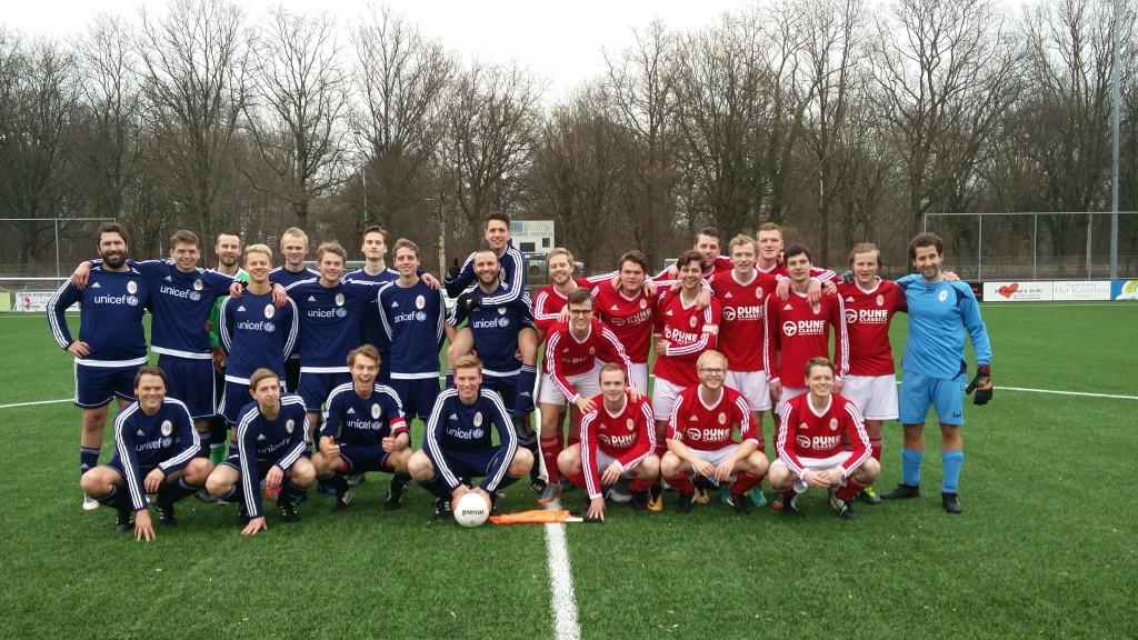 Als het voetbal niet om aan te zien is, is het altijd nog genieten van 't Duitse materiaal. Beide teams staan hier overigens even geordend als in de wekelijkse veldformaties.