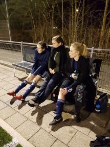 Billenknijpen op de bank: Van der Veen, Roorda (aangeschoven na de training van Dames 1) en Dees verlangen naar het laatste fluitsignaal.