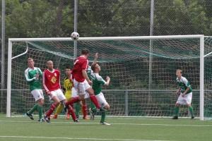 Van Beuningen knikt de hoekschop van Petersen binnen en zet de score op 3-0. ©SEV.